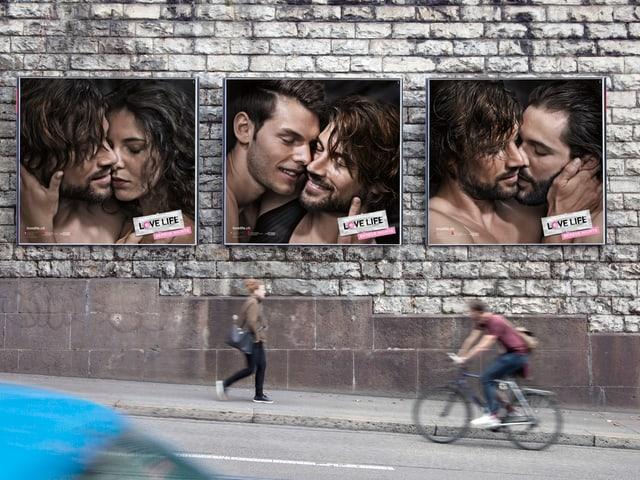 Wand mit drei einzelnen Plakaten.