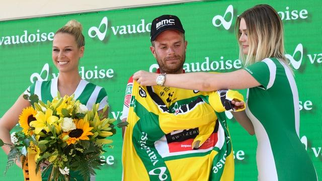 Il nov leader dal Tour de Suisse Damiano Caruso survegn ses tricot mellen.