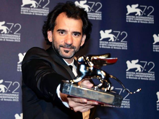 Pablo Trapero mit Trophäe Silberner Löwe