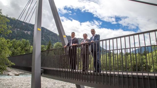 Ils presidents da Schluein, Glion e da l'uniun Ruinaulta miran sur la punt giu.