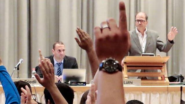 Gemeindeversammlung in Münchenstein, vorne Gemeindepräsident Giorgio Lüthi.