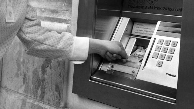 Erster Bankomat in London