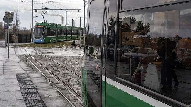 Zwei Trams der Nummer 3 kreuzen sich