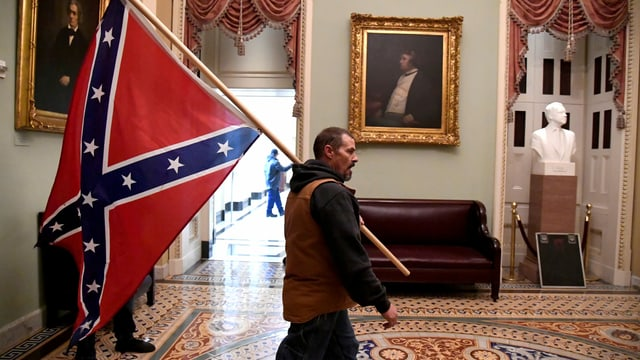 Trump-Anhänger im Kapitol mit Konföderiertenflagge