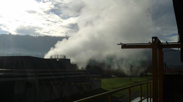 Industrieanlage mit grossem Dampfausstoss.