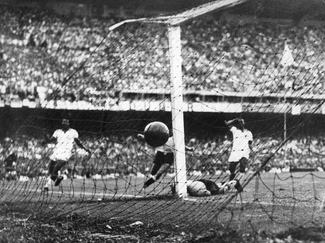 Alcides Ghiggia trifft zum 2:1 für Uruguay.