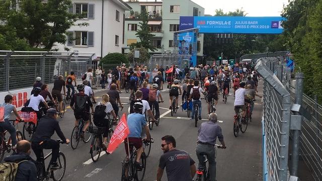 Mit dem Velo über die Start-Ziel Linie des Formel E Rennens in Bern.