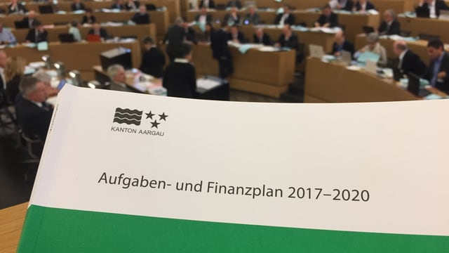 Grosser Rat der Aargaus, im Vordergrund das Deckblatt der Budgetvorlage.
