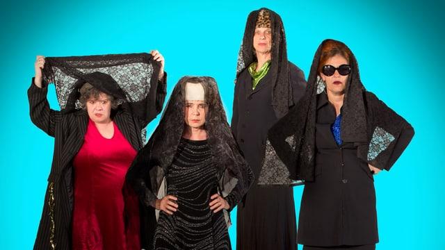 Die vier Künstlerinnen blicken ernst in die Kamera, sie tragen alle Kopftücher und drei der vier Frauen ist schwarz gekleidet.