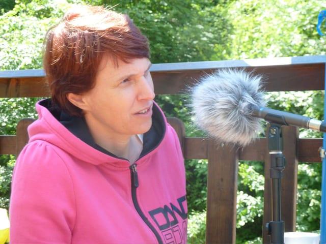Magali Jenny spricht ins Mikrofon