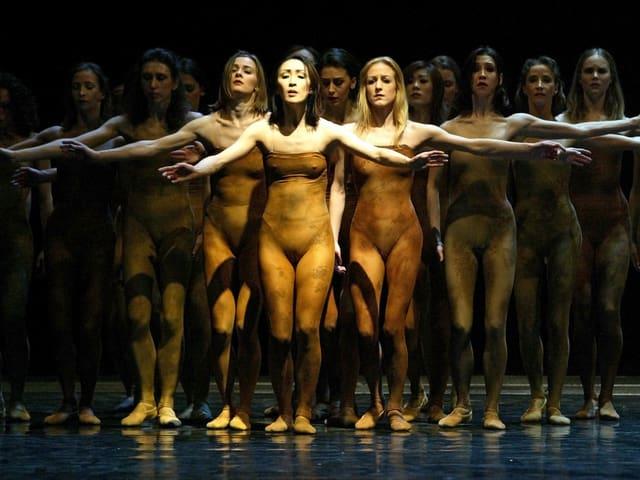 Aufführung des Balletts «Le Sacre du Printemps» an der Oper in Leipzig: Frauen in hautfarbenen Anzügen, die sich in Opferposition aufstellen.
