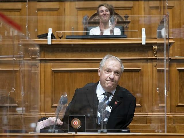 Nationalrat Christian Lohr sitzt am Rednerpult. Er hat weder ausgebildeten Arme noch Beine und sitzt im Rollstuhl.