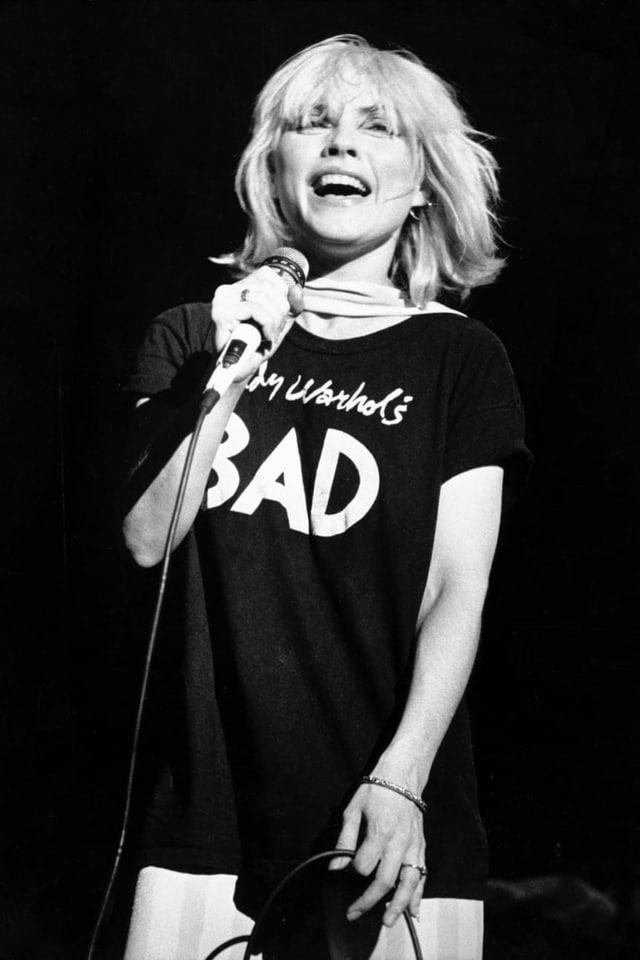 Schwarzweiss-Bild von Debbie Harry auf der Bühne