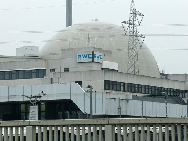 Zu sehen ein Atomkraftwerk, welches vor grauem Himmel steht