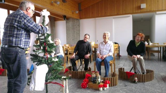 Die Senioren der Seniorenbühne Grenchen proben für Ihren Auftritt im neusten Stück «Chlini Wält» mit einem Weihnachtsbaum und kleinen Zäunen, die an Schrebergärten erinnern.
