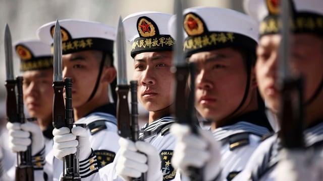 Chinesische Marine-Rekruten präsentieren ihre Gewehre.