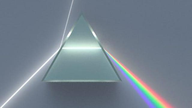 Glasprisma, welches weisses Licht in das Farbenspekturm aufsplittet