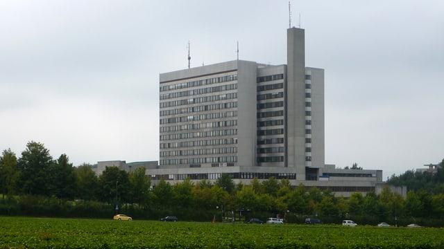 Das Kontonsspital Bruderholz, vor einem Feld.
