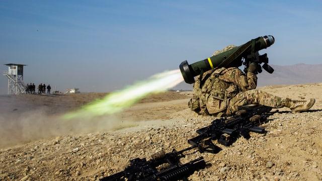 Ein Mann feuert eine US-Panzerabwehrraketen des Typs Javelin ab.