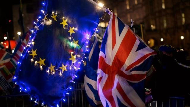 Bandieras da l'UE e da la Gronda Britannia.