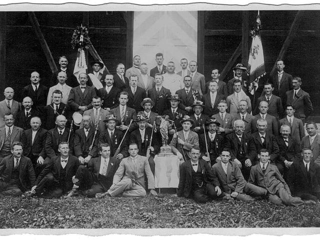 Schützen des Pistolenclubs und der Schützengesellschaft Malters in Anzug und Krawatte am Schützenfest Bellinzona 1929.
