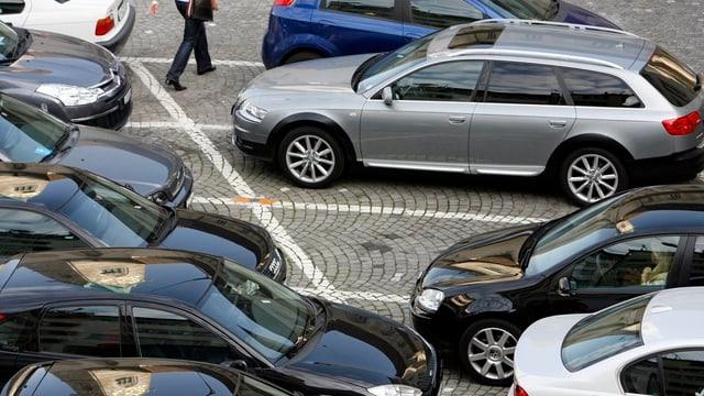 Parkplätze mit Autos in der Innenstadt.