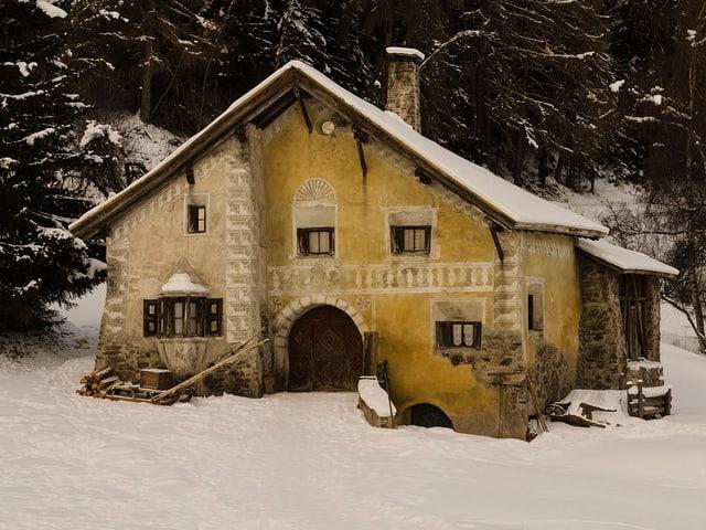 Das Haus von Schellenursli steht am Waldrand.