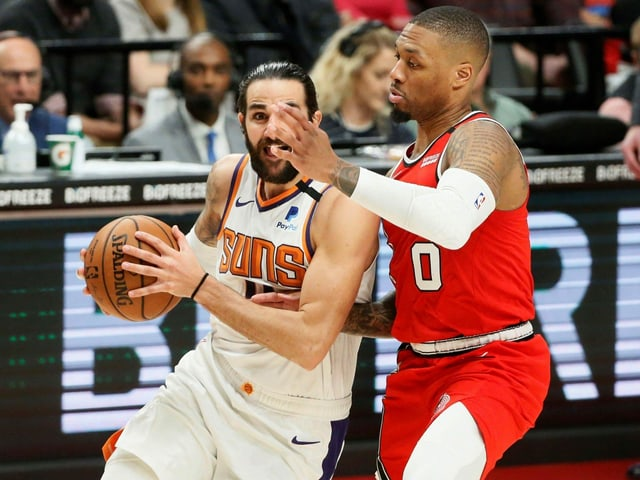 Ricky Rubio von den Phoenix Suns (links) und Damian Lillard von den Portland Trail Blazers.