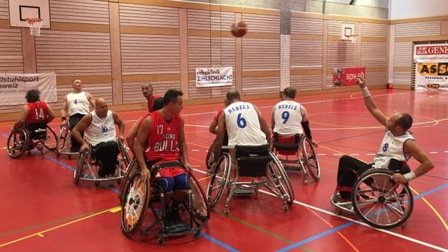Zwei Mannschaften spielen Basketball