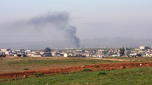 Rauch steigt aus einem Dorf auf vor Mossul