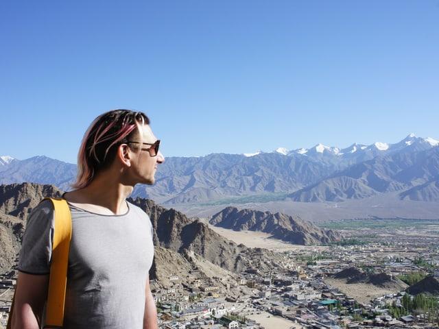 Andreas Thiel blickt ins Gebirge.