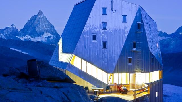 Die Monte Rosa Hütte in einer kargen Landschaft aus Eis und Stein.
