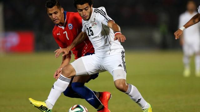 Omar Gaber (vorne) im Duell mit Starstümer Alexis Sanchez.