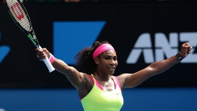 Serena Williams reckt die Arme nach ihrem Sieg gegen den Himmel.