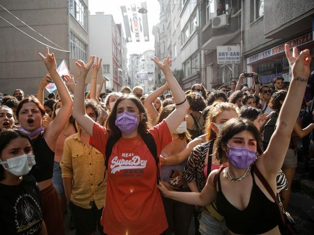 Demonstrierende versammeln sich auf einer Strasse