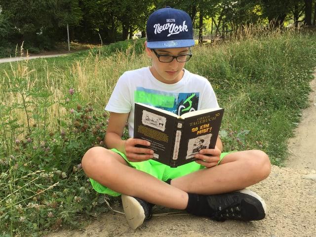 Kind am Lesen