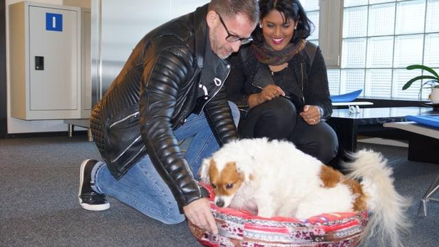 Sarah Jahne mit Leonard und Hund Jakob, der in einem Hundekörbchen Platz nimmt.