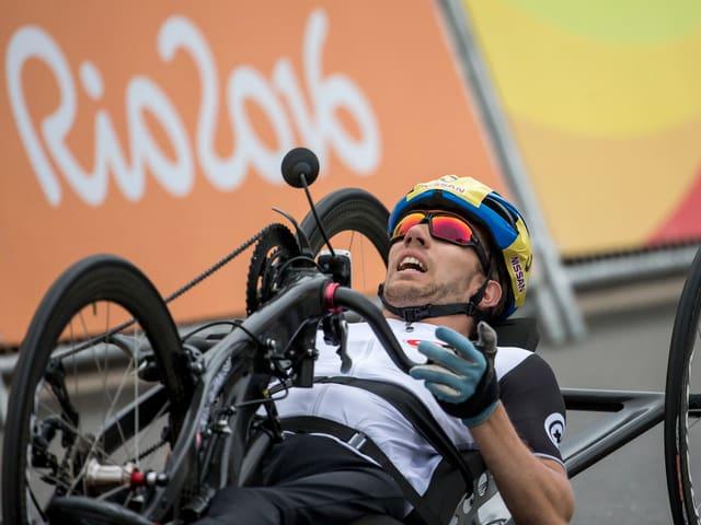 Tobias Fankhauser betätigt sein Handbike.