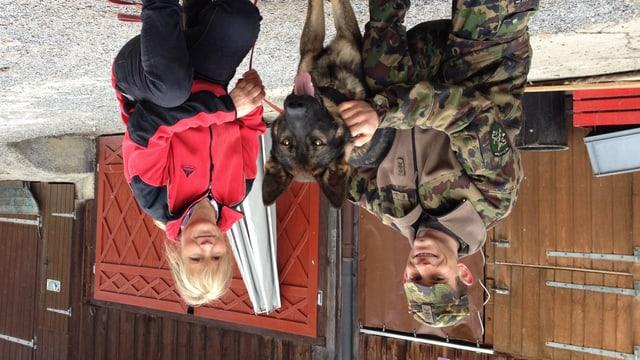 David Huber von der Schweizer Armee und die Züchterin Rosmarie Hasler mit dem potenziellen Diensthund Foxx.