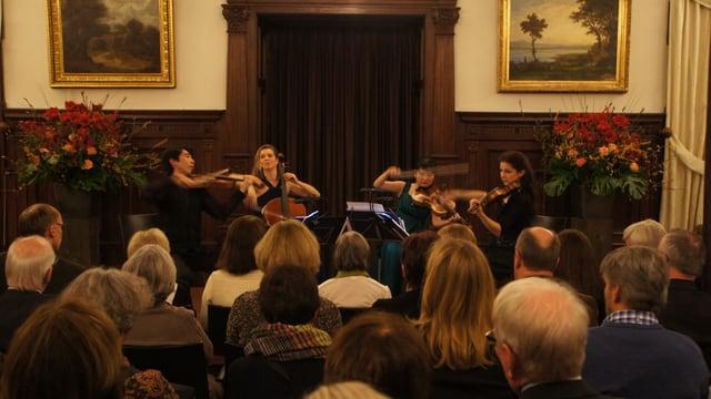 Kammermusikensemble in einem Saal vor Publikum