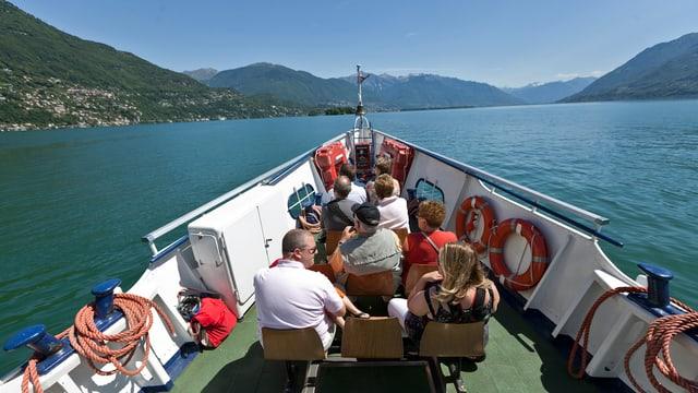 Touristen geniessen eine Schifffahrt auf dem Lago Maggiore.