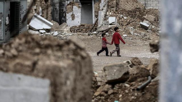 Zwei Knaben spazieren durch Duma, einer Stadt im Einzugsgebiet von Damaskus.