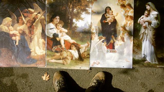 Bilder, darunter auch von Maria mit Jesus, am Boden