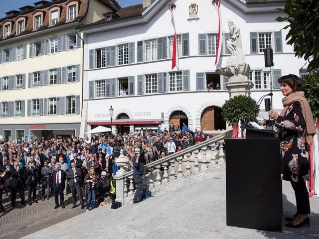 Bundesrätin hält Rede auf einer Treppe, darunter das Volk