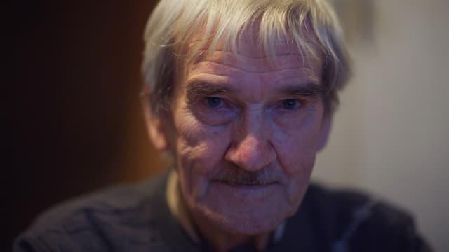 Ein Mann mit grauem kurzem Haar.