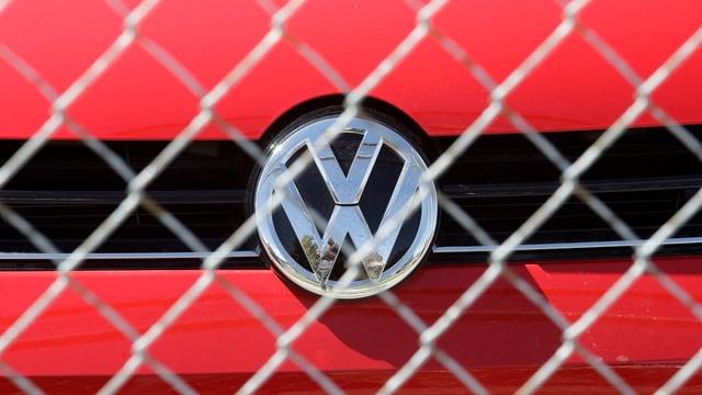 VW-Auto hinter Zaun