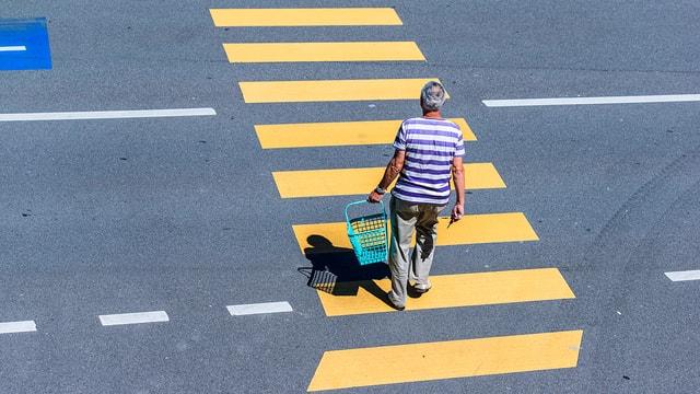 Mann überquert Zebrastreifen