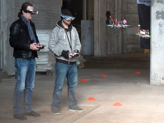 Zwei Drohnenpiloten beim Training