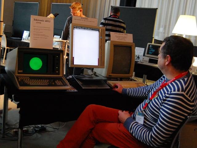 Mann vor alten Computern.