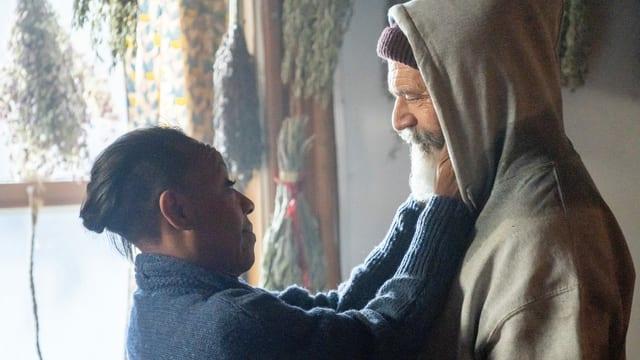 Der Weihnachtsmann (Mel Gibson) und seine afroamerikanische Frau (Marianne Jean-Baptiste).